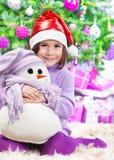 Liten flicka på julberöm Arkivfoto