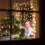 Liten flicka på julmatställen Fotografering för Bildbyråer