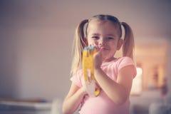 Liten flicka på musikskolan arkivfoto