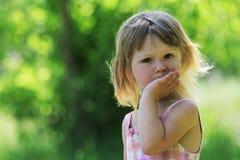 Liten flicka på naturen Fotografering för Bildbyråer
