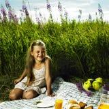 Liten flicka på picknicken Fotografering för Bildbyråer