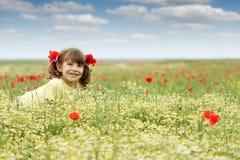 Liten flicka på säsong för vildblommaängvår Royaltyfria Foton