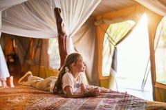 Liten flicka på safari royaltyfria bilder