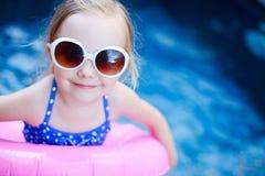 Liten flicka på simbassängen Arkivbild