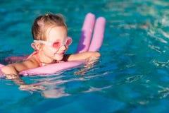Liten flicka på simbassängen Arkivfoton