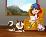 Liten flicka på soffan med den älsklings- hunden och katten Royaltyfri Fotografi