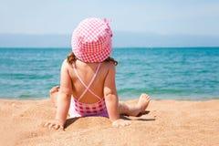 Liten flicka på stranden Arkivfoto