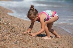 Liten flicka på stranden Fotografering för Bildbyråer