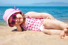 Liten flicka på stranden Royaltyfri Fotografi