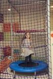 Liten flicka på trampolinen arkivfoton