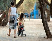 Liten flicka på trehjulingen Arkivfoton
