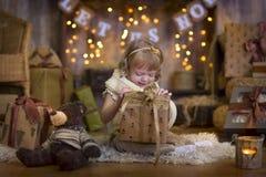 Liten flicka på julhelgdagsaftonen Fotografering för Bildbyråer
