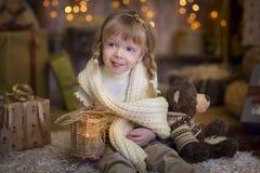 Liten flicka på julhelgdagsaftonen Royaltyfri Bild