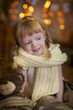 Liten flicka på julhelgdagsaftonen Arkivbilder