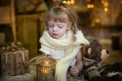 Liten flicka på julhelgdagsaftonen Arkivbild