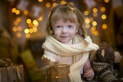 Liten flicka på julhelgdagsaftonen Arkivfoto
