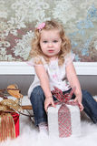 Liten flicka på resväska Arkivfoto