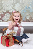 Liten flicka på resväska Arkivfoton