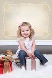 Liten flicka på resväska Royaltyfri Foto