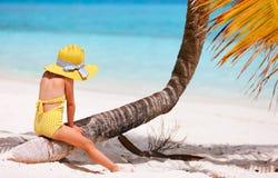 Liten flicka på strandsemester Arkivfoton