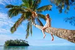 Liten flicka på strandsemester Arkivbild