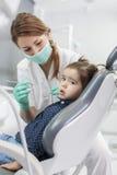 Liten flicka på tandläkaren Royaltyfri Bild