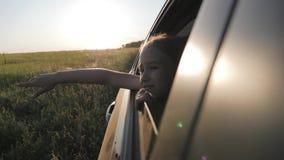 Liten flicka p? v?gtur mycket av under och utforskning Livsstil familjloppbegrepp arkivfilmer