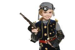 Liten flicka piratkopierar innehav ett vapen Arkivfoton