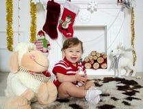 Liten flicka runt om en julspis Royaltyfri Foto
