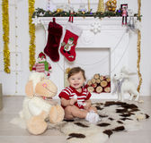 Liten flicka runt om en julspis Arkivbilder