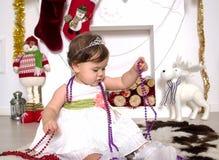 Liten flicka runt om en julspis Royaltyfria Foton