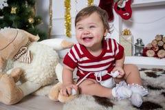 Liten flicka runt om en julspis Royaltyfri Bild
