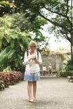 Liten flicka 10 som är årig med en översikt av, går i Fotografering för Bildbyråer