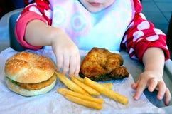 Liten flicka som är klar att äta snabbmat arkivbild