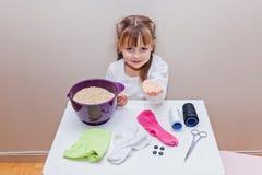 Liten flicka som är klar att göra för att handcraft leksaksnögubben Arkivbild