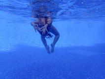 Liten flicka som är undervattens- i pölen Arkivfoton