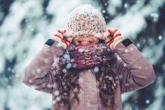 Liten flicka som är utomhus- i vinter royaltyfri fotografi
