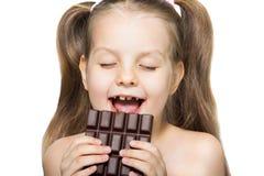 Liten flicka som äter choklad Royaltyfria Foton