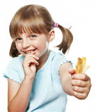 Liten flicka som äter en fransman, steker arkivbilder