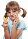 Liten flicka som äter en fransman, steker Royaltyfri Bild