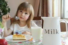 Liten flicka som äter frukosten royaltyfri bild