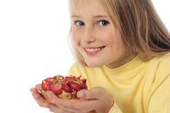 Liten flicka som äter kakan Arkivfoto