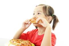 Liten flicka som äter mat arkivbild