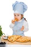 Liten flicka som äter pizza royaltyfri foto