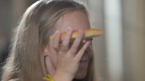 Liten flicka som äter pizza i restaurangen stock video
