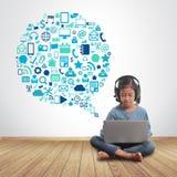 Liten flicka som använder bärbar datordatoren med symboler för teknologiuppsättningapplikation Arkivfoton