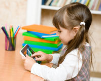 Liten flicka som använder minnestavladatoren Royaltyfria Foton
