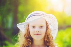 Liten flicka som bär en hatt för skydd från solsting Arkivbild