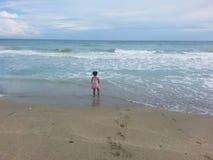 Liten flicka som beskådar havet Arkivbild