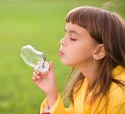 Liten flicka som blåser såpbubblor Royaltyfria Bilder